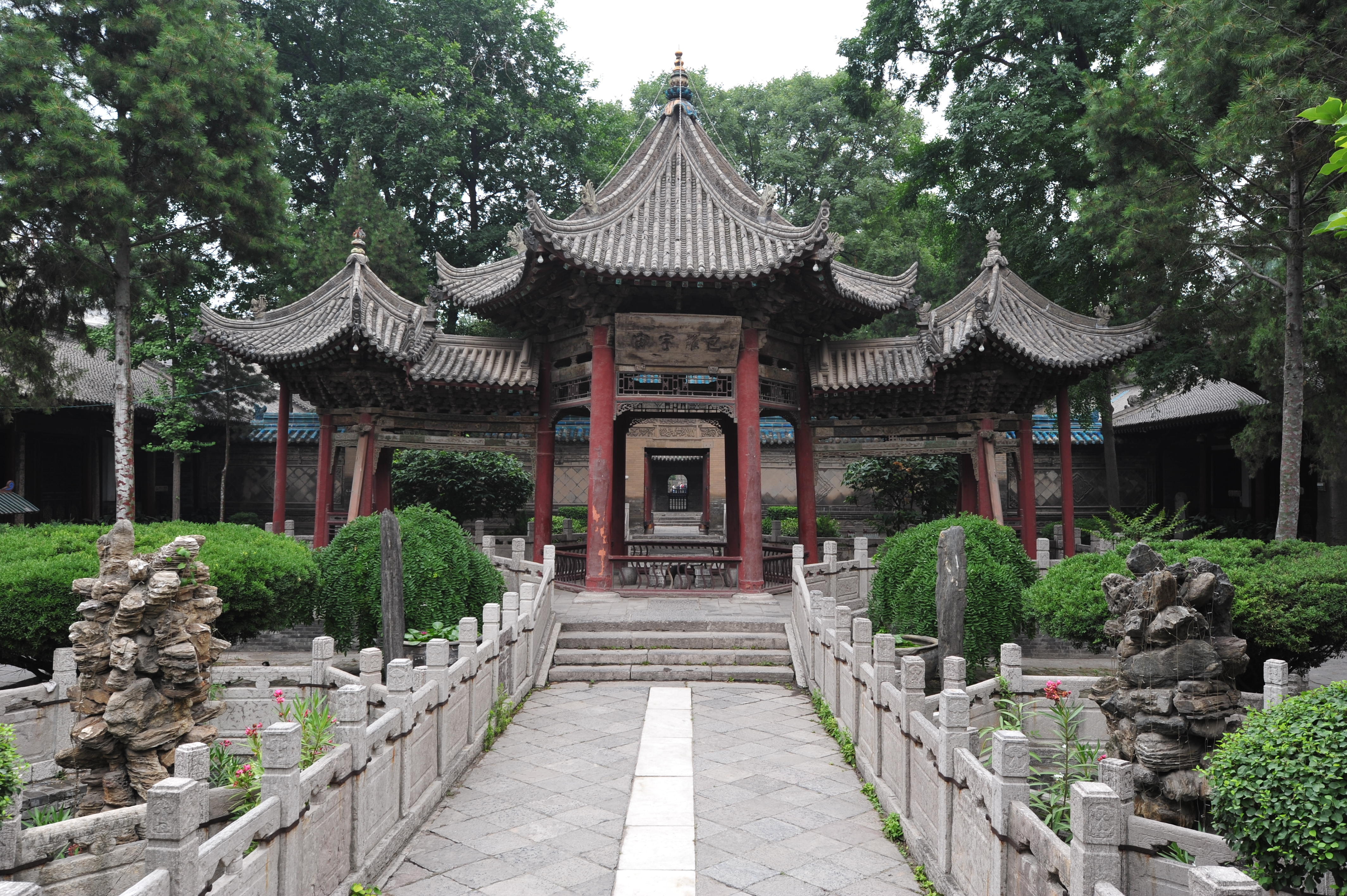 Great Mosque of Xian, China; photo: Wikimedia Commons, chensiyuan